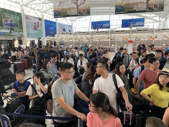 13日下午與14日凌晨從JFK機場飛往上海浦東機場的乘客,等待了十個小時後,才到返回機場辦理登機手續。(記者牟蘭/攝影)