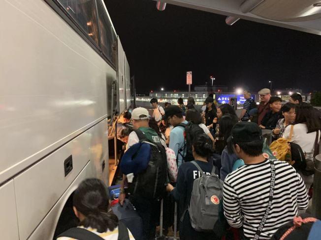 14日凌晨的同線路飛機延誤超過十小時,數百名乘客被送往酒店等待航班起飛消息。(記者牟蘭/攝影)