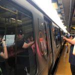 「粉絲」提早等待 中車造麻州地鐵首列新地鐵終亮相