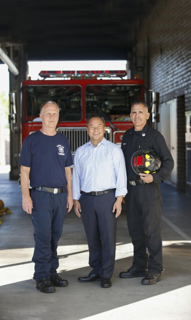 共和黨籍的韓裔John Lee(中)成功當選洛杉磯市第12選區市議員,該選區涵蓋聖費南度谷。(取自競選網站)