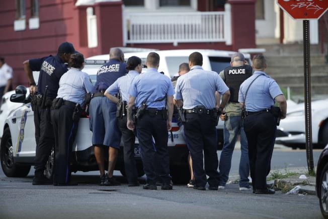 槍案發生後,費城警方在現場戒備。(美聯社)