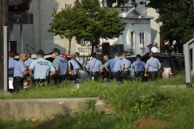 槍案發生後,費城警方聚集在現場研商情勢。(美聯社)