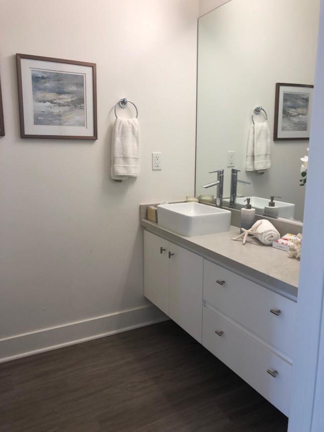 洗手間也很敞亮。(記者張宏/攝影)