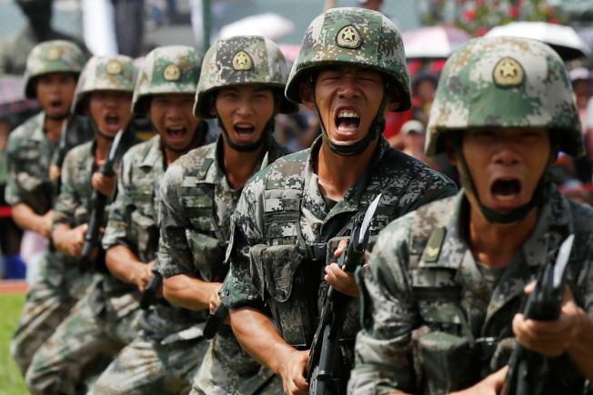 解放军是否军事干预香港,国际关注。图为解放军驻港部队在营区校阅。(路透)