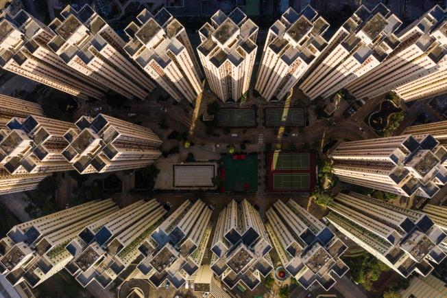香港局勢不穩,使得香港地產開發商損失超過500億元。圖為香港麟次櫛比的樓盤。(Getty Images)