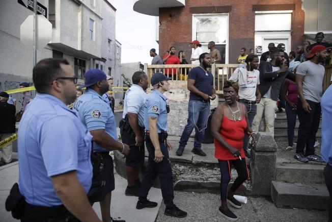 費城警方將對峙現場附近的居民驅離。(美聯社)