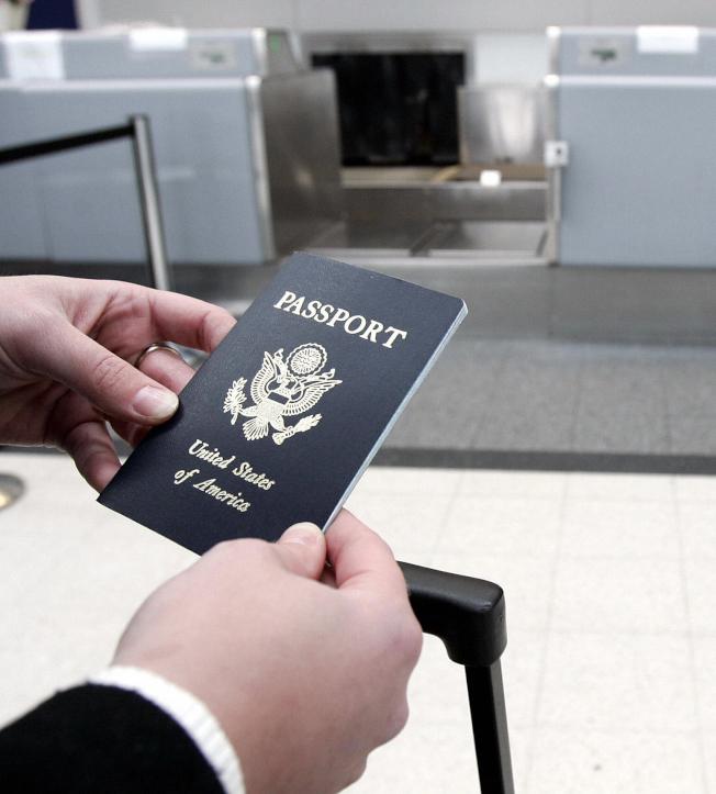 國稅局已通知超過40萬名納稅人,他們可能因欠稅過多而失去護照。(Getty Images)
