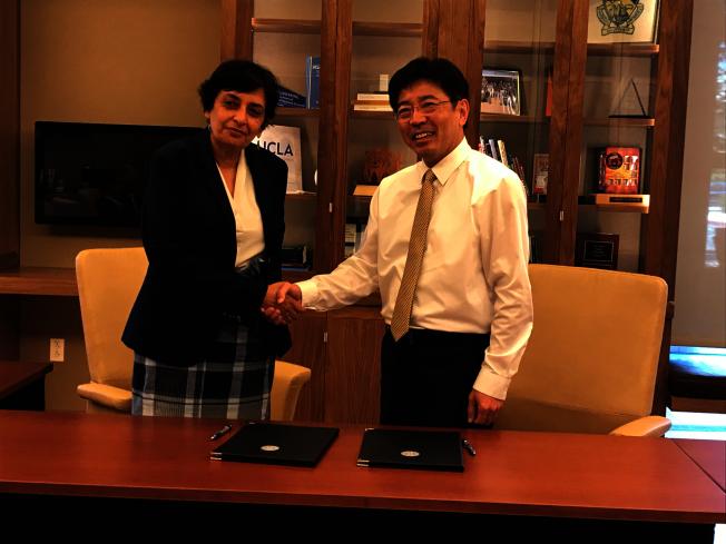 洛杉磯加州大學工學院院長Jayathi Murthy(左)與台灣工研院院長劉文雄12日於南加州簽訂合作備忘錄,將攜手培育AI跨育人才。(台灣工研院提供)