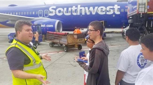洛杉磯機場航空職業學院暑期班學員實地參觀。(LAX提供)