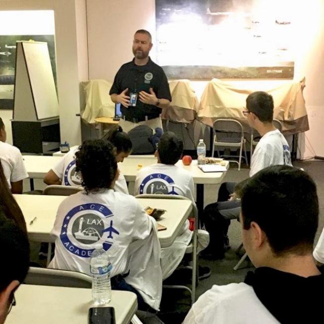 專家為中學生介紹航空職業界的相關知識。(LAX提供)