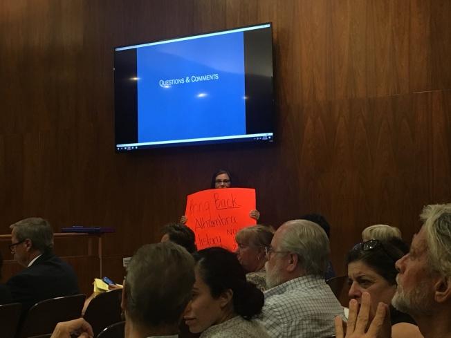 有阿市民眾在市議會公聽會上呼籲,限制緬因街東段的新建案樓層高度。(記者陳開/攝影)