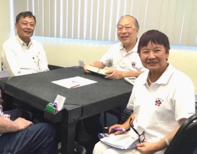 橋牌邀請賽籌委會成員孫國泰(左起)、王泰傑、梁建文奉獻良多。(程東海提供)