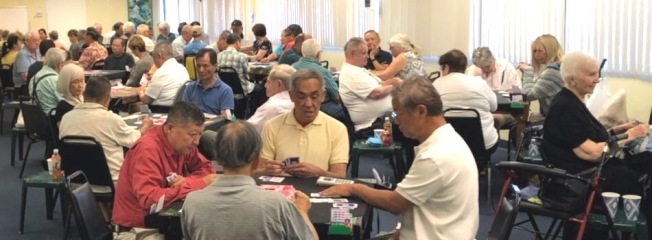 南加州成大校友會 51 周年橋牌邀請賽,百餘名華洋愛好者熱鬧參賽。(程東海提供)
