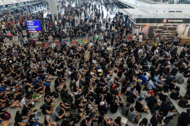 5000民眾在香港機場示威抗議,癱瘓了這座亞洲重要航空據點,數以百計航班被迫取消,有人認為導致深圳等城市機票調高。 (美聯社)