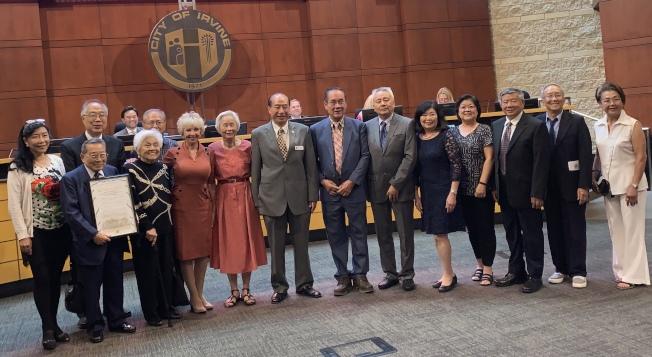 爾灣市長施雅在市議會中頒發獎狀,表揚爾灣松柏會創會30年來對社區所作的貢獻。(本報記者/攝影)