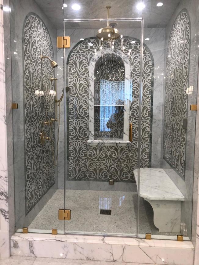 浴室牆面鑲嵌著不同的圖案,打破慣例。(記者張宏/攝影)