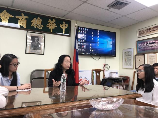 陳慧華(中)與紐約中華總商會實習生會談。(記者金春香/攝影)