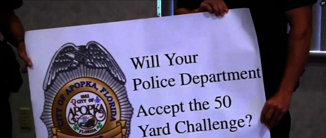 阿波卡警局參加50挑戰,為需要的市民提供割草服務。(截自視頻)