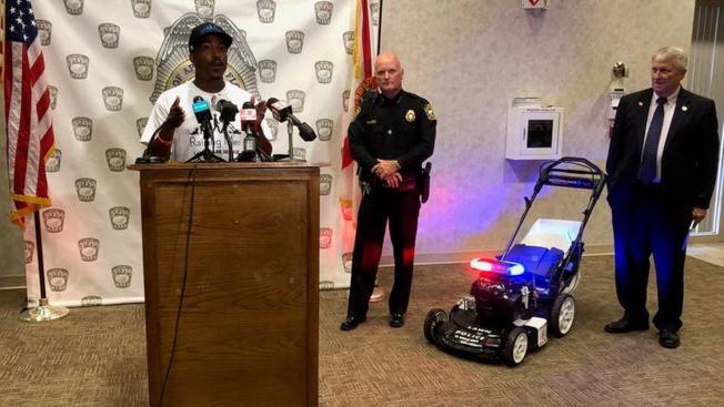 發起人Rodney Smith(左)、阿波卡警察局長Michael McKinley(中),簡報挑戰50任務。(截自視頻)