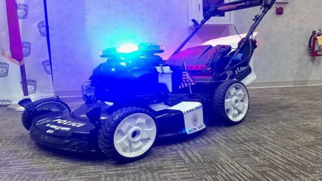 特別訂製的閃著燈號的警局割草機。(截自視頻)