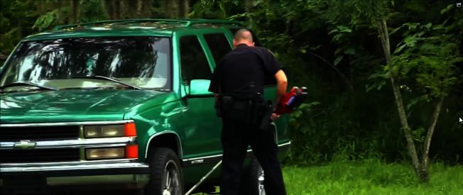 阿波卡警局警員幫助有需要的市民割草。(截自視頻)