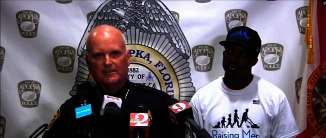 阿波卡警局局局長Michael McKinley宣布該警局已完成挑戰50的一半。右為發起人Rodney Smith。(截自視頻)