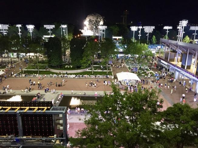 夜間比賽一直是美網的特色,夜晚的國家網球中心依然熱鬧。(記者朱蕾/攝影)