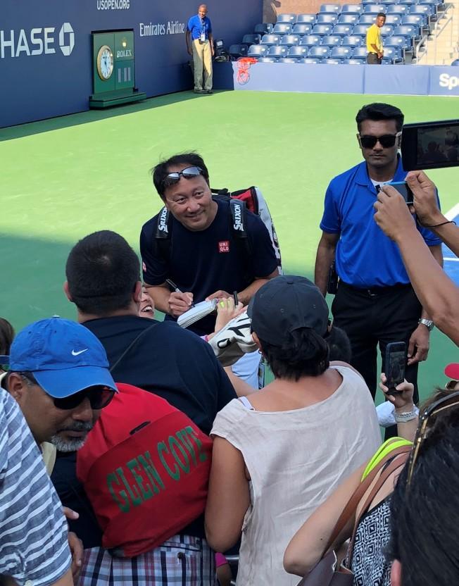 去年球迷周的傳奇比賽結束後,張德培為球迷簽名、拍照。(記者朱蕾/攝影)