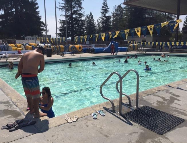 夏日炎炎,不少民眾則選擇帶孩子到游泳池玩水消暑。(記者林亞歆/攝影)