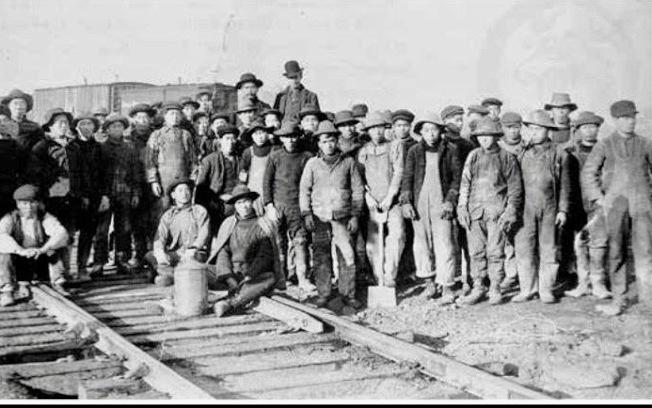 1869年5月10日橫貫大陸鐵路連接,華工們在猶他州Promontory會師,在華人移民史上寫下重要一頁。(聯邦勞工部檔案照)
