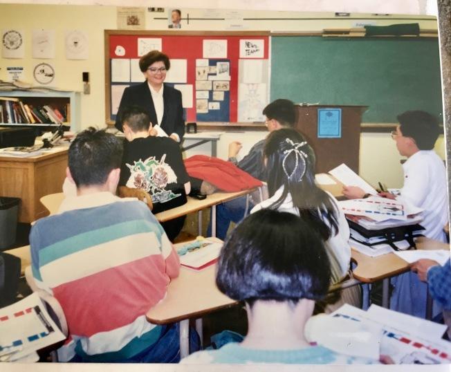 前加州眾議員馬丁尼茲和阿罕布拉高中學生討論立法將多元文化列入中學教科書。(本報檔案照)