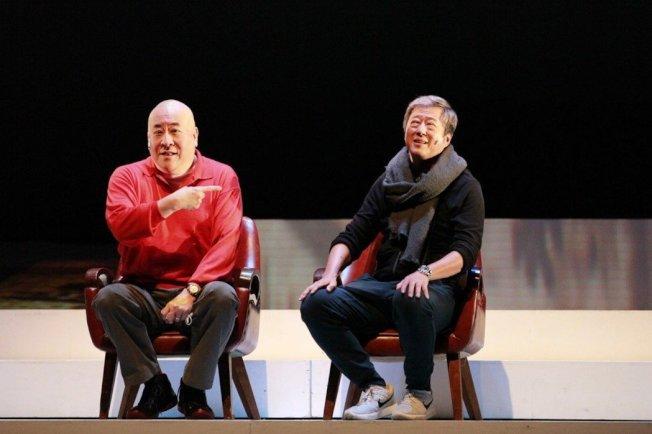 「往事只能回味」舞台劇由田浩江(左)唱往事,王偉忠(右)說故事,重回北京部隊大院與台灣眷村的往事。(全民劇團提供)