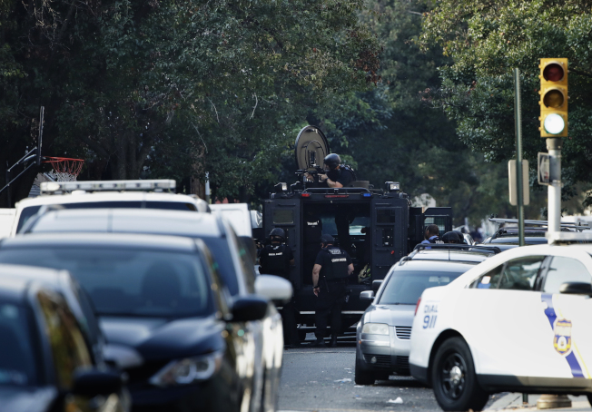 槍手和警察對峙,警方動用鎮暴車在現場警戒。(美聯社)