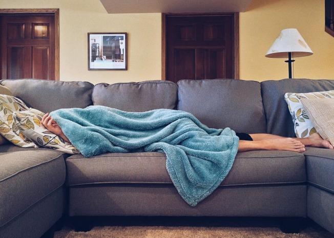 飯後立刻躺著,會讓腸胃的不舒適感增加,消化相對變得很差。(取材自pexels)