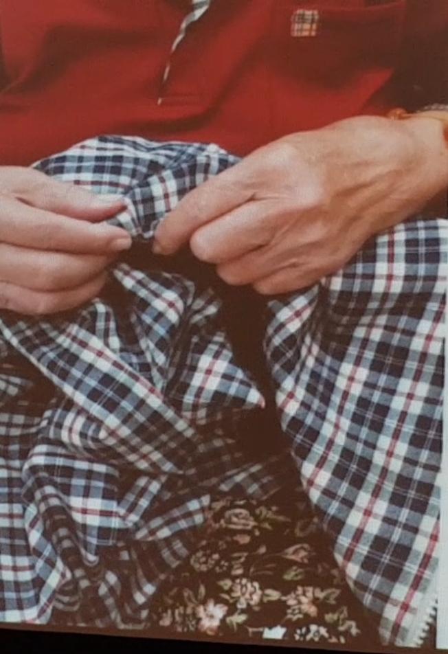 罹患路易體失智症患者睡夢中容易有手舞足蹈的情況,圖中的老婦夢中會做出縫衣服的樣子。(記者修瑞瑩/翻攝)