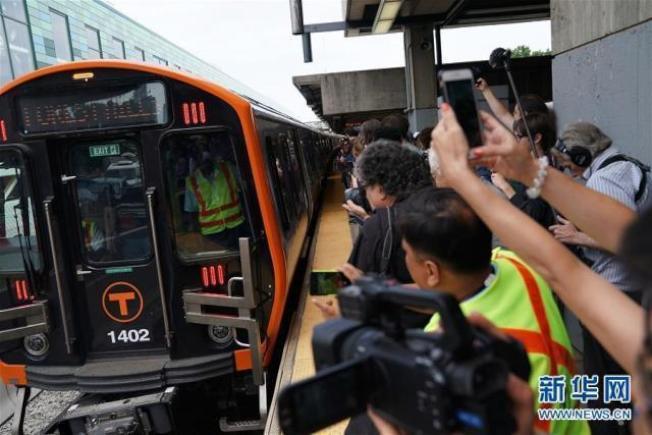 中國中車在美國麻州生產的首批六節新型地鐵列車,14日在波士頓正式上路運營。(新華網)