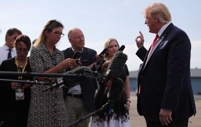 川普在紐澤西州的Morristown登機前答覆記者提問。路透