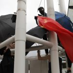 折五星旗扔海 港警拘涉案4男1女