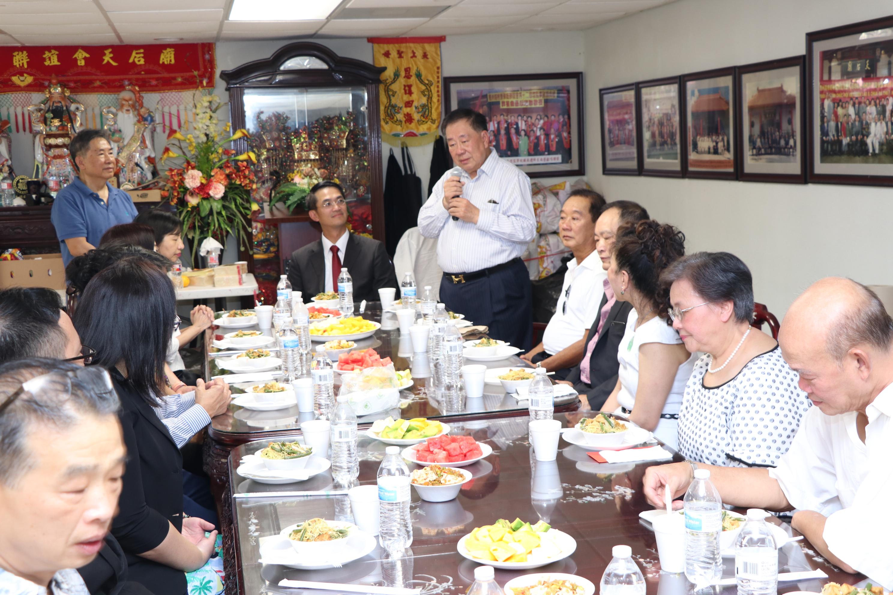 周滿洪(右立者)說,他們舉辦法會是為超度當年許多逃離家園,不幸罹難的鄉親。