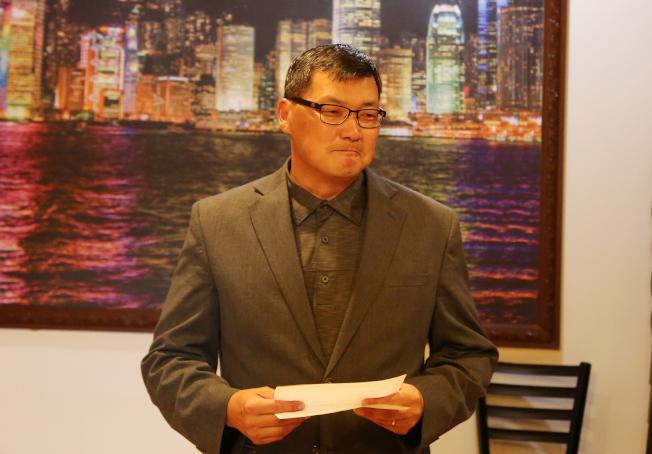 華人活動中心董事長邊銓召集的交接典禮上,表達對亞特蘭大中文學校校長范琪君卸任的不捨和戴念華接任的期許。(記者張蕙燕/攝影)