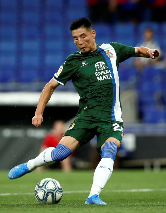 中國名將武磊15日在歐聯杯資格賽第三輪次回合中,生涯首次在歐戰先發出場,面對瑞士球隊盧塞恩,武磊在第三分鐘就閃電進球,這是他新球季首次進球,幫助西班牙人隊以3:0獲勝、並順利晉級。(歐新社)