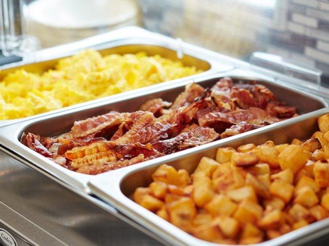 自助餐食物交叉汙染的可能性很高,溫度和加熱方式不對,也可能導致細菌孳生。( 取自推特)