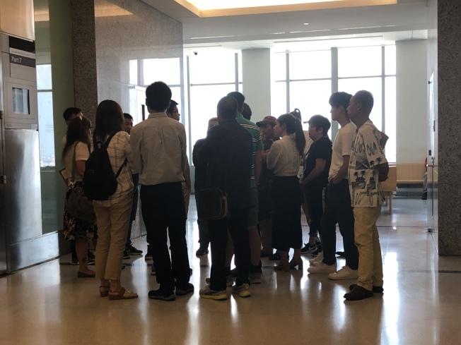 陳昇茂的20多名親友出席審訊,庭審後與律師旁商討下一步。(記者顏潔恩/攝影)
