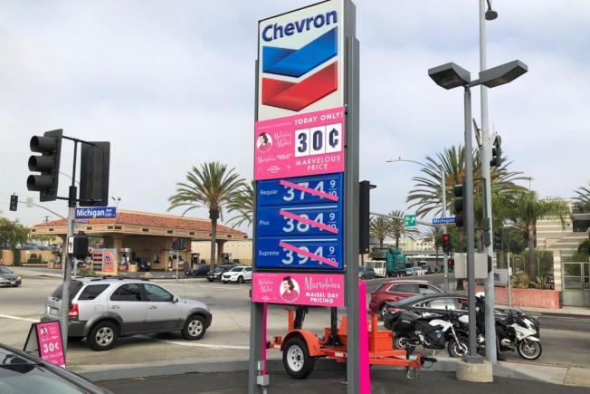 加油站招牌把正常價目槓掉,掛出一加侖三毛錢超低價。(推特照片)