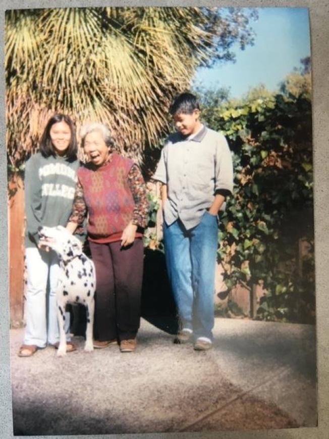 作者弟弟帶著阿忠和侄女侄兒來看母親時拍下這張照片。