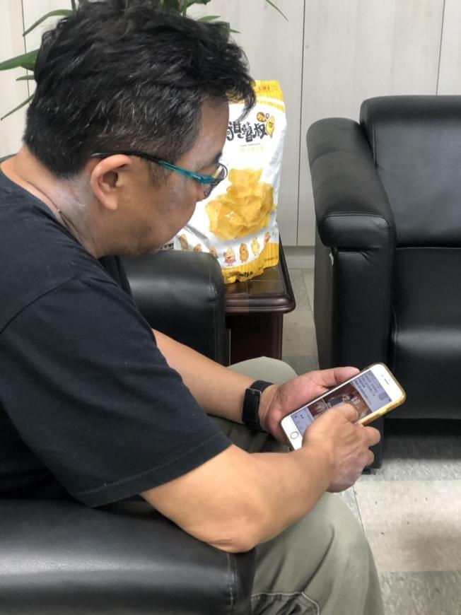 長時間使用手機等3C產品,加上姿勢不正確,小心簡訊頸上身。(記者江良誠/攝影)