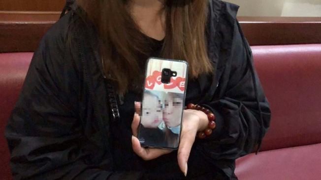女童阿嬤把與女童合影印在手機蓋上隨身攜帶,緊握它一起聆聽法官宣判。(記者邵心杰/攝影)