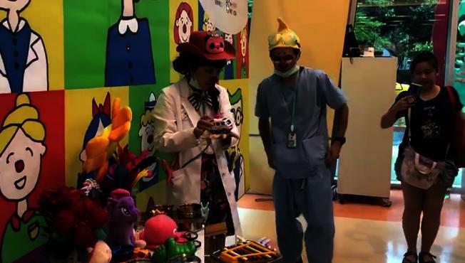 掛著紅鼻子、打扮浮誇的醫護人員,在台大兒童醫院展開「歡樂門診」,讓住院、看病的孩子暫時忘記病痛,也在冰冷的病房中,為孩子創造歡樂的治療回憶。記者章凱閎/攝影