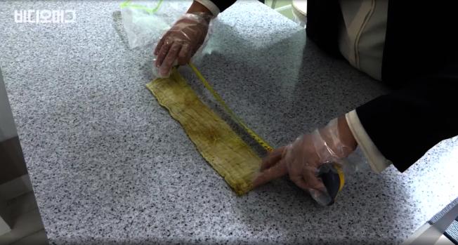 南韓一位男子送醫後,竟從肚中取出一條35公分的紗布。圖擷自SBS