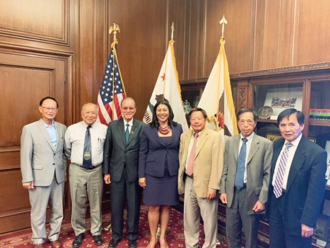 布里德市長會見中國聯合慈善協會和華協中心成員。(照片由市長辦公室提供)
